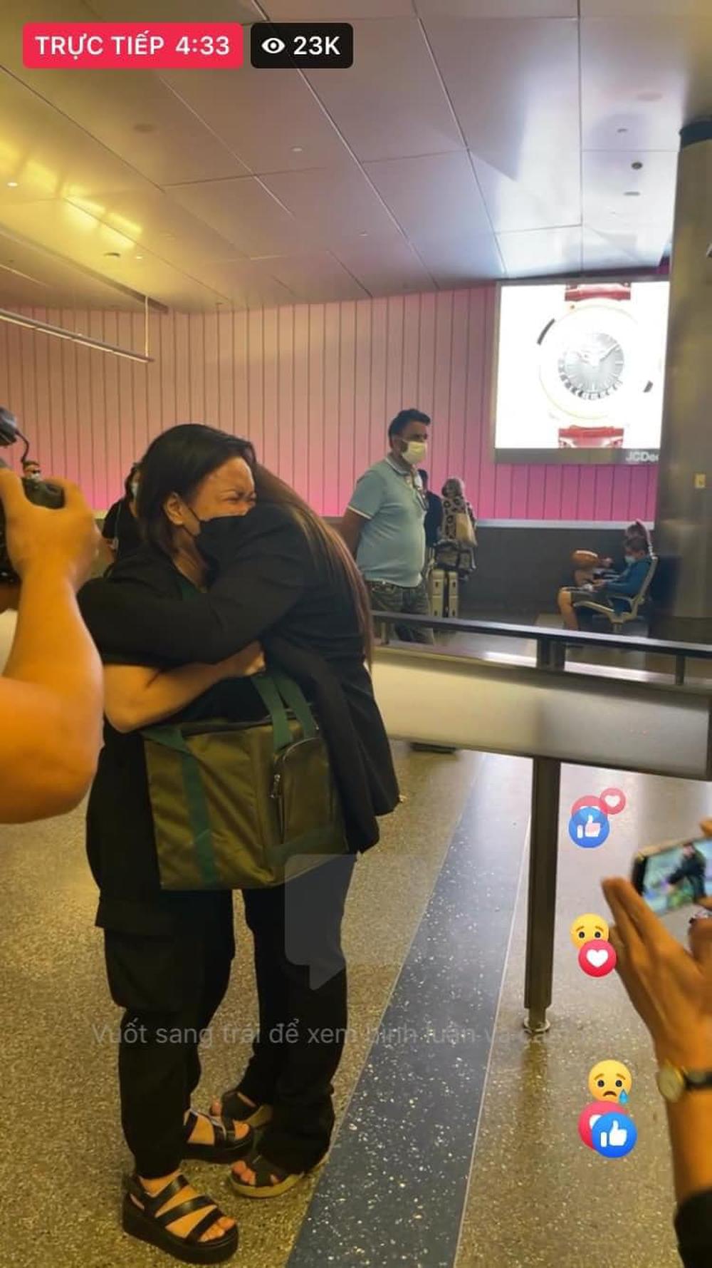Xót xa cảnh con gái Phi Nhung và Việt Hương ôm nhau khóc nức nở, trao hũ tro cốt của cố ca sĩ - Ảnh 1.