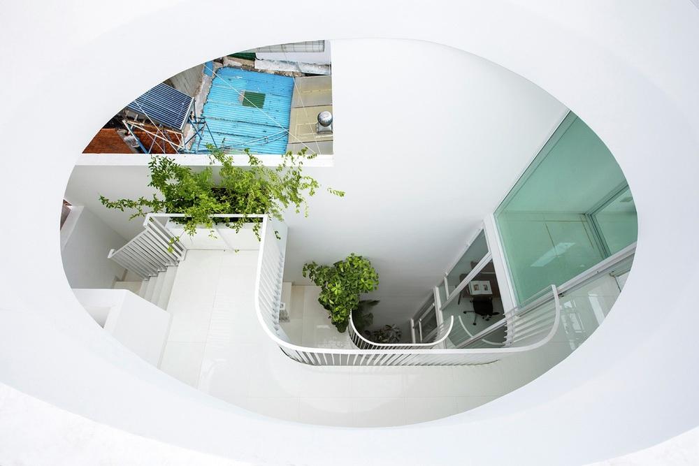 Gia đình trẻ ở Sài Gòn sống trong căn nhà 42m2 có giếng trời chữ D uốn cong cực đã, càng lên cao càng phải trầm trồ - Ảnh 6.