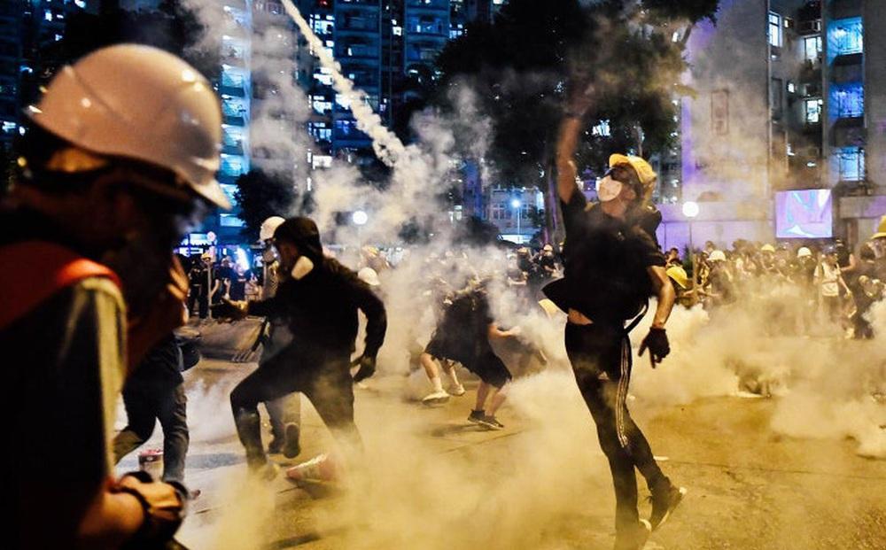 """Tháo chạy tới Anh sau ngày định mệnh làm rung chuyển Hồng Kông: Nhiều người """"vỡ mộng"""", sống lay lắt như nến trước gió"""