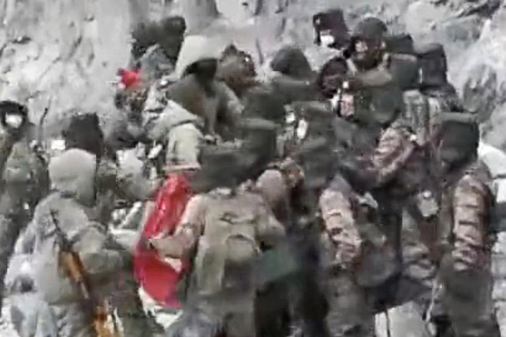 Trung Quốc đánh đập dã man binh sĩ Ấn Độ, nhiều người thâm tím mặt mày: New Delhi phẫn nộ! - Ảnh 1.