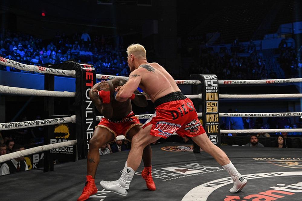 Đấu quyền Anh tay trần, cựu võ sĩ UFC Melvin Guillard bị đấm nứt 5 chỗ ở hốc mắt, suýt rơi khỏi sàn đấu - Ảnh 2.