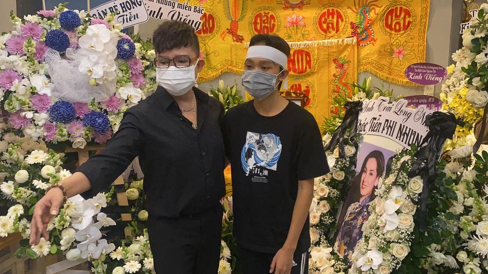Liên tục livestream bênh Phi Nhung, trách Hồ Văn Cường vô ơn, Long Nhật bị chửi té tát - Ảnh 1.