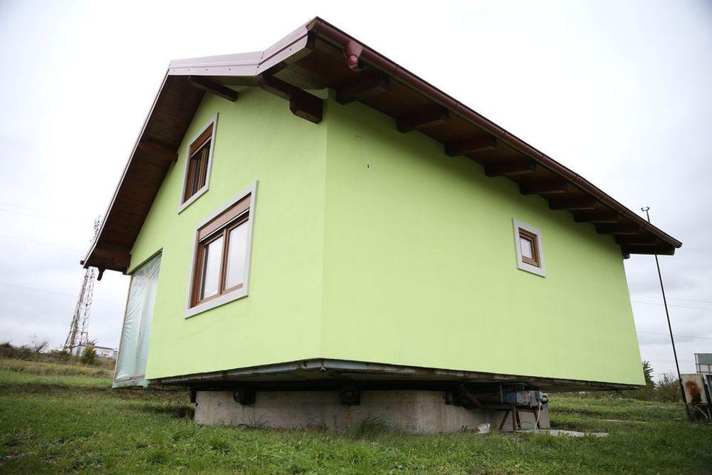 Chiều theo ý vợ, cụ ông 72 tuổi xây luôn căn nhà xoay đủ 360 độ để vợ thoải mái ngắm cảnh - Ảnh 2.