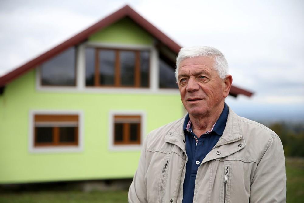 Chiều theo ý vợ, cụ ông 72 tuổi xây luôn căn nhà xoay đủ 360 độ để vợ thoải mái ngắm cảnh - Ảnh 1.
