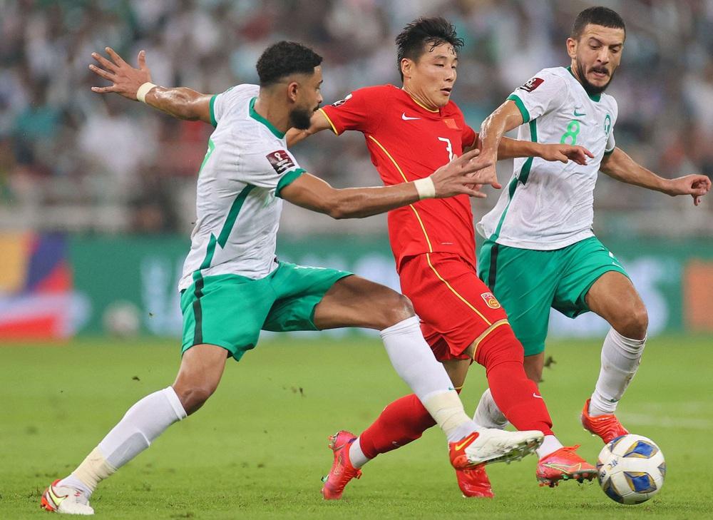 """Đội nhà chơi quả cảm trước Ả Rập Xê Út, fan TQ vẫn đồng thanh: """"Phải sa thải HLV Li Tie"""" - Ảnh 1."""
