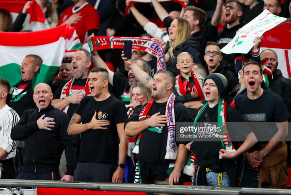 Fan Hungary đánh nhau cực căng với cảnh sát Anh - Ảnh 2.