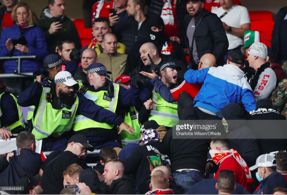 Fan Hungary đánh nhau cực căng với cảnh sát Anh - Ảnh 3.