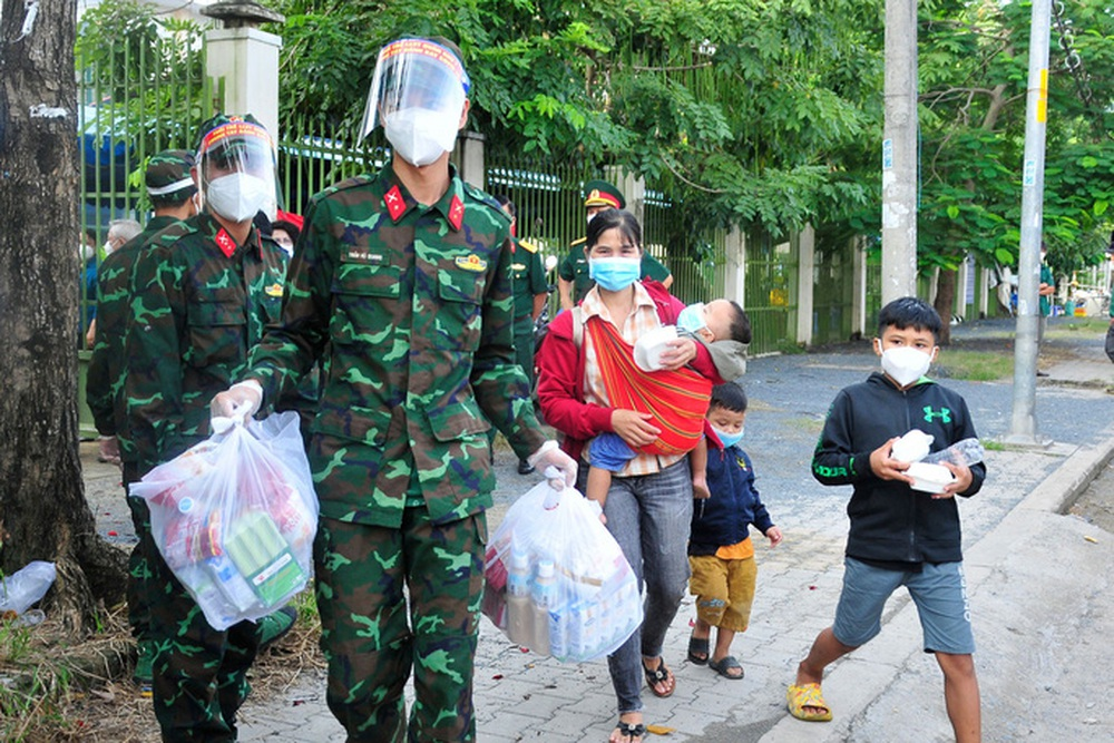 Gần 100 người từ Long An tự phát về quê đã gặp bất ngờ lớn khi đến TP HCM - Ảnh 2.