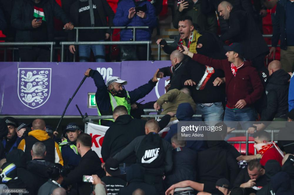 Fan Hungary đánh nhau cực căng với cảnh sát Anh - Ảnh 4.