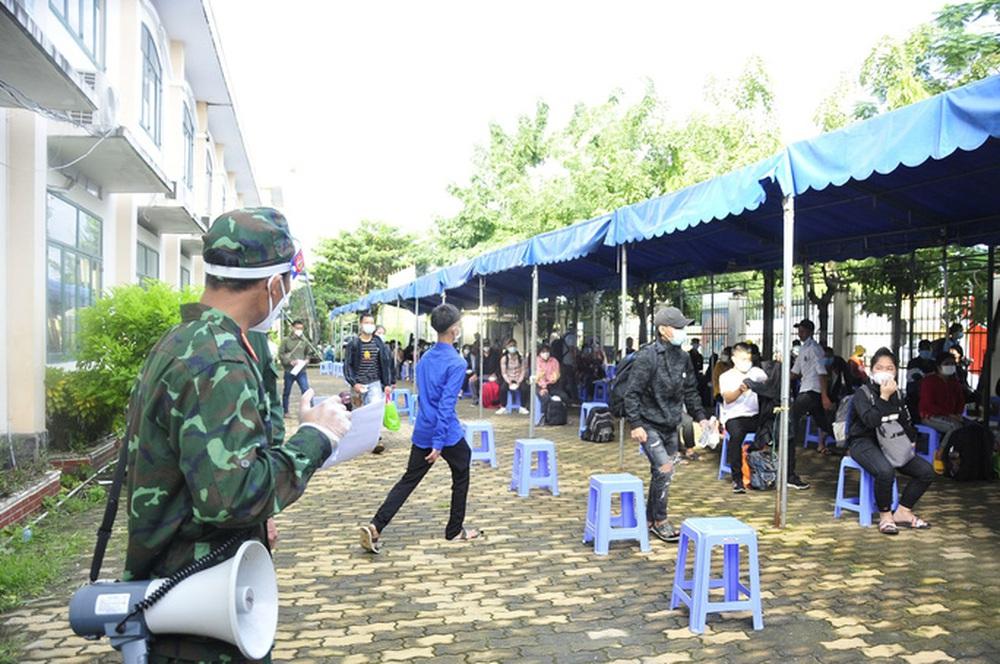 Gần 100 người từ Long An tự phát về quê đã gặp bất ngờ lớn khi đến TP HCM - Ảnh 4.