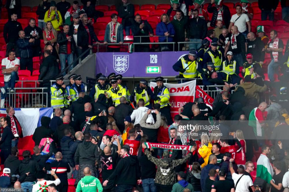 Fan Hungary đánh nhau cực căng với cảnh sát Anh - Ảnh 6.