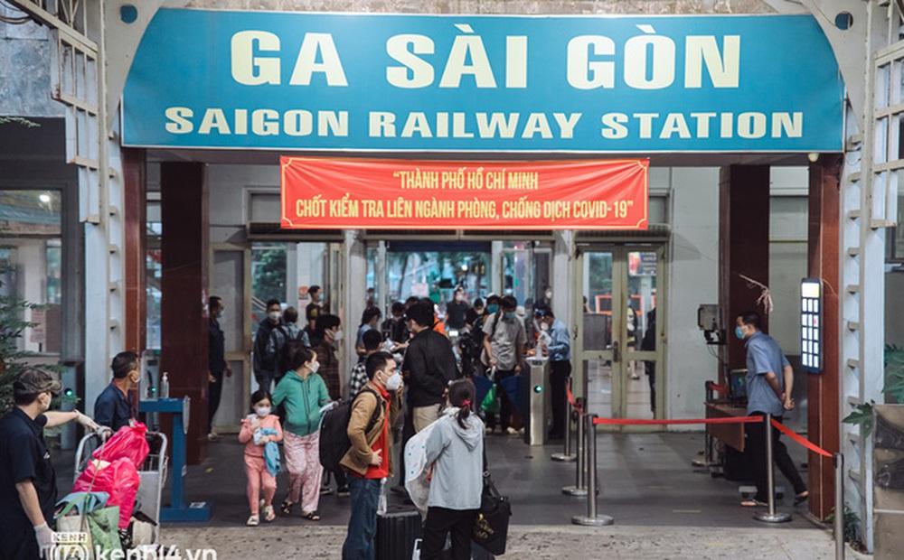 Chuyến tàu đầu tiên ở Sài Gòn chạy lại sau dịch, người dân phấn khởi: Đường về còn xa nhưng đặt chân được lên tàu là vui lắm rồi!