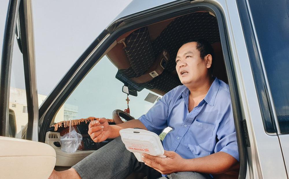 Ngày đầu bến xe lớn nhất trung tâm Sài Gòn mở lại, tài xế chờ từ sáng đến trưa vẫn không có khách đi