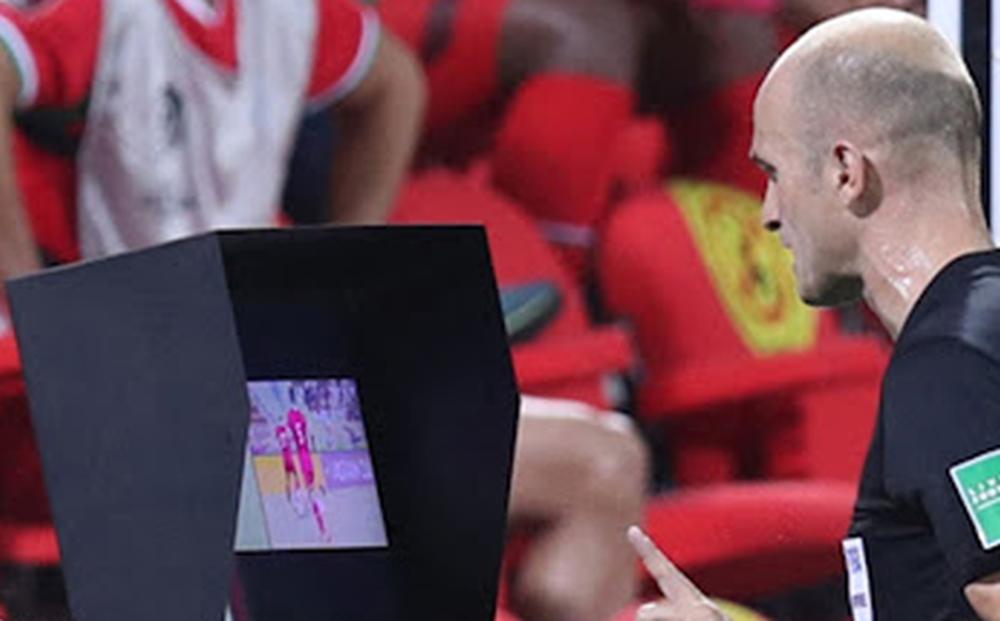 """Chuyên gia nước ngoài mỉa mai tổ VAR trận ĐT Oman vs ĐT Việt Nam: """"Họ cần được trả tiền làm thêm giờ vì kiểm tra tất cả mọi thứ"""""""
