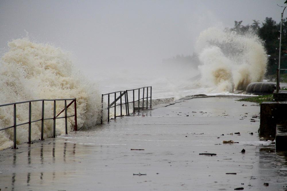 Bão số 8: Sóng cao 5m đang đánh vào bờ biển Nghệ An, hàng trăm khối đất đá sạt lở, đổ xuống quốc lộ - Ảnh 13.