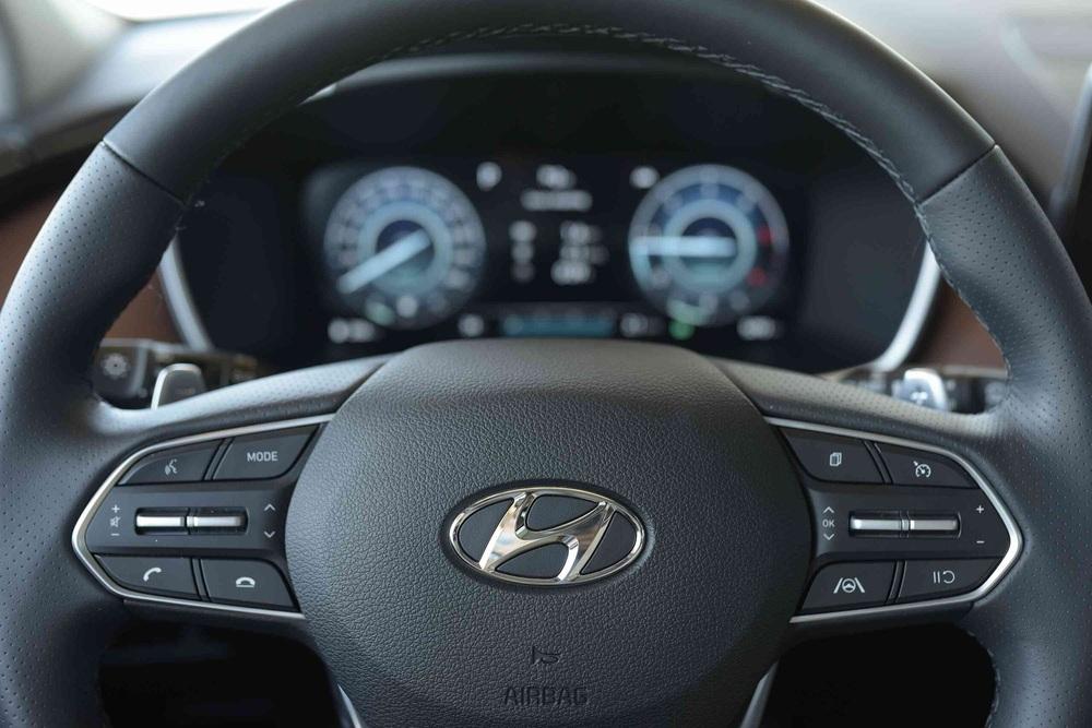 Hyundai SantaFe vừa đè bẹp Toyota Fortuner - Vũ khí nặng ký nào khiến đối thủ e dè? - Ảnh 1.
