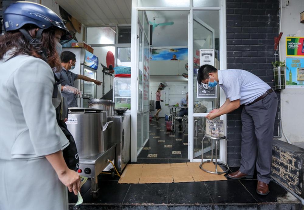 CLIP: Nườm nượp người dân đến ăn sáng tại quán ở Hà Nội - Ảnh 3.