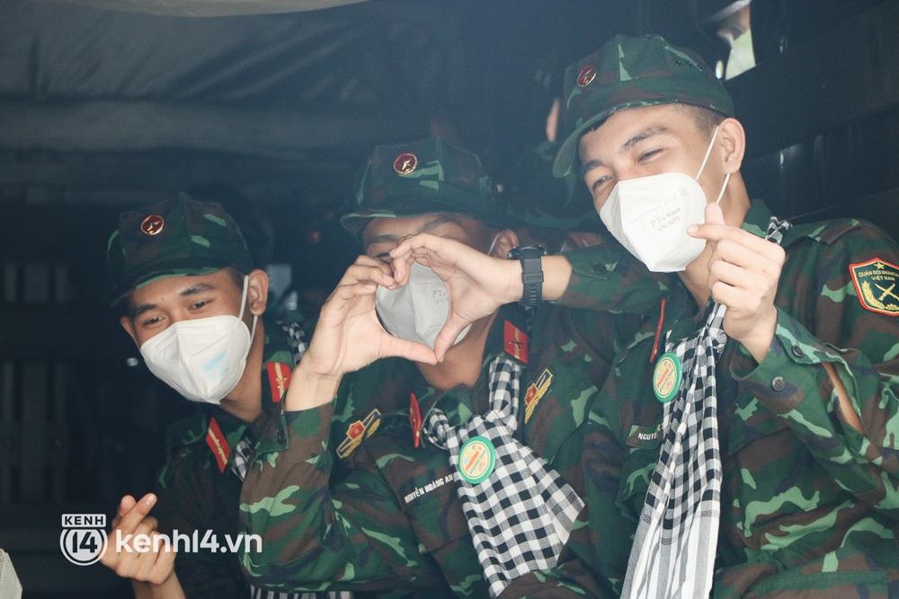 Chùm ảnh: Bộ đội bịn rịn vẫy tay tạm biệt người dân để trở về sau 2 tháng hỗ trợ TP.HCM chống dịch - Ảnh 12.