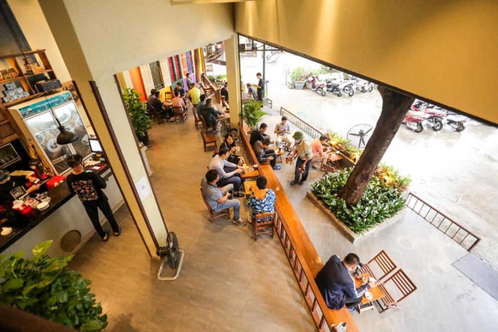 CLIP: Nườm nượp người dân đến ăn sáng tại quán ở Hà Nội - Ảnh 13.