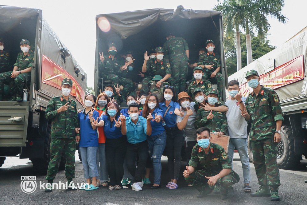 Chùm ảnh: Bộ đội bịn rịn vẫy tay tạm biệt người dân để trở về sau 2 tháng hỗ trợ TP.HCM chống dịch - Ảnh 13.