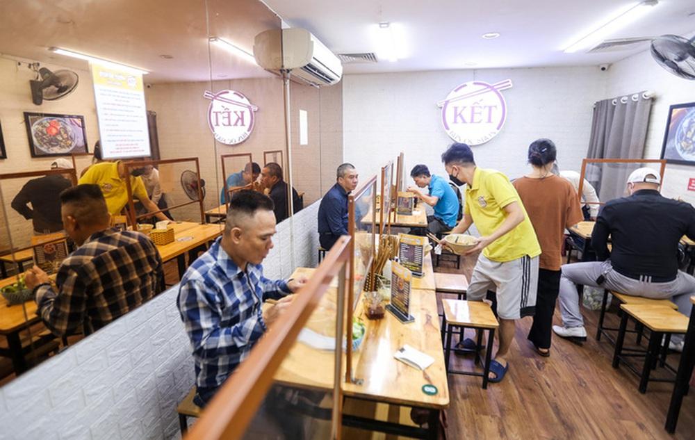 CLIP: Nườm nượp người dân đến ăn sáng tại quán ở Hà Nội - Ảnh 5.