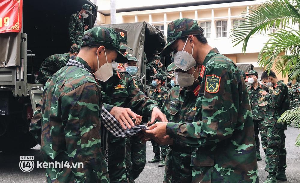 Chùm ảnh: Bộ đội bịn rịn vẫy tay tạm biệt người dân để trở về sau 2 tháng hỗ trợ TP.HCM chống dịch - Ảnh 5.