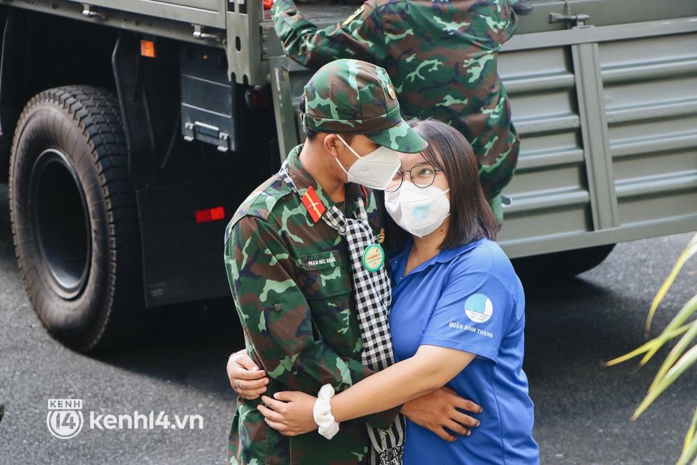 Chùm ảnh: Bộ đội bịn rịn vẫy tay tạm biệt người dân để trở về sau 2 tháng hỗ trợ TP.HCM chống dịch - Ảnh 8.