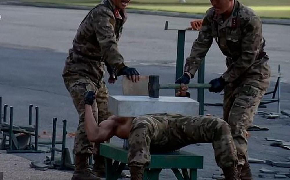 Video binh sĩ Triều Tiên ngực trần nằm trên thuỷ tinh phô diễn sức mạnh