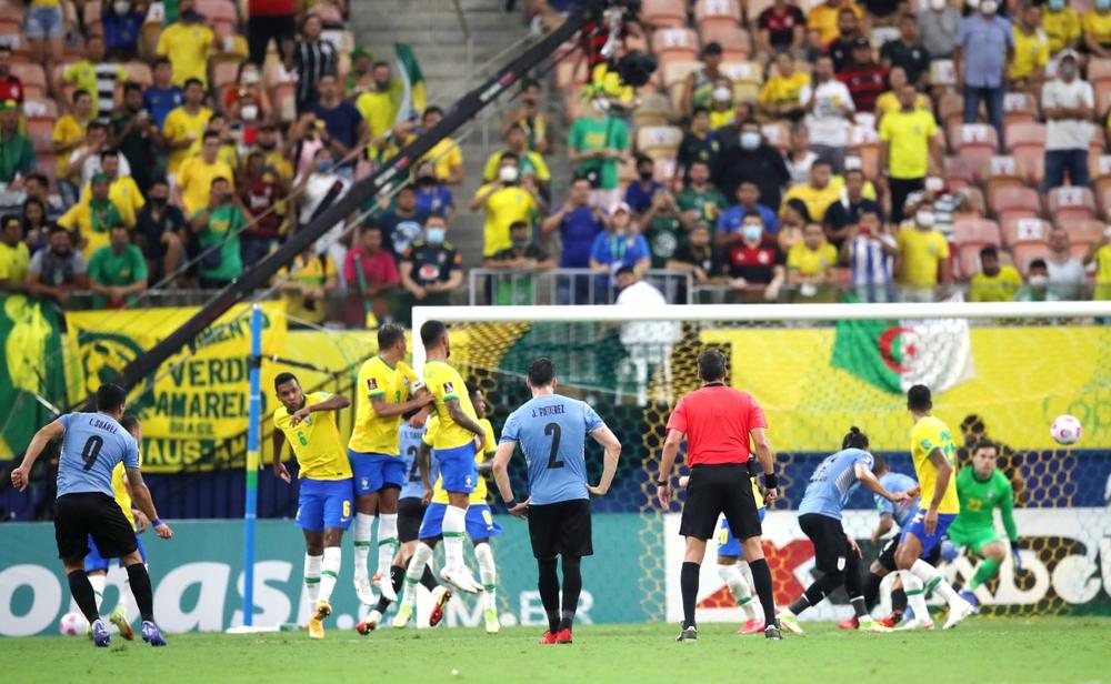 Neymar che mờ Suarez - Cavani, Brazil đại thắng Uruguay - Ảnh 1.