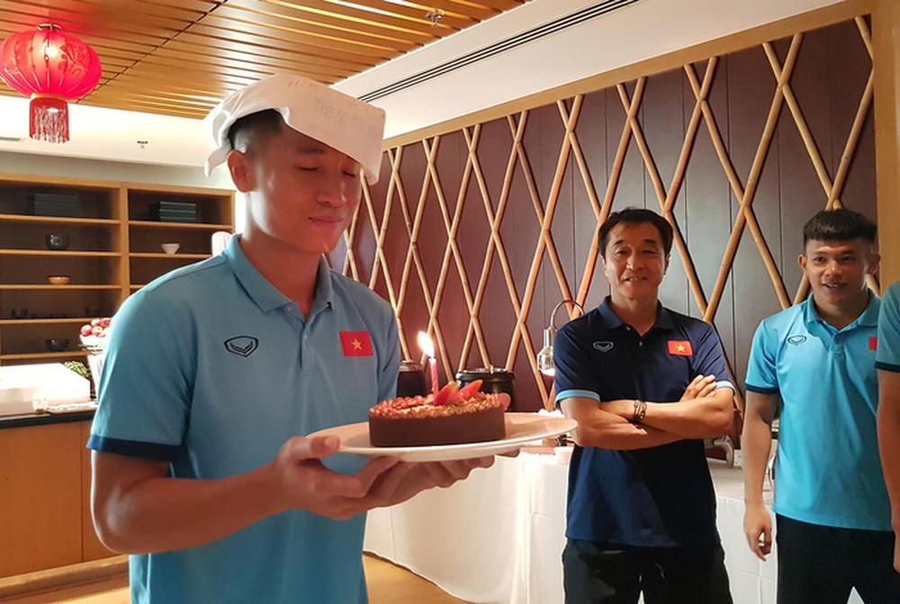 HLV Park Hang-seo tự tay viết tên Tiến Dũng lên chiếc mũ đặc biệt để chúc mừng sinh nhật - Ảnh 4.
