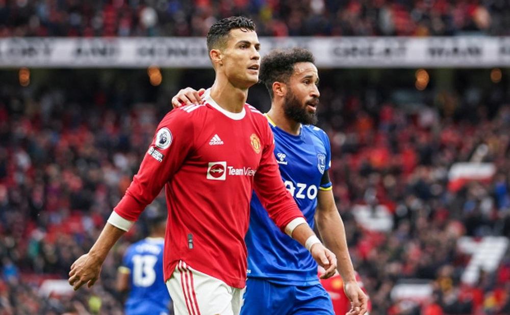 Ronaldo cay cú ra mặt, gây tranh cãi khi lạnh nhạt với sao Everton