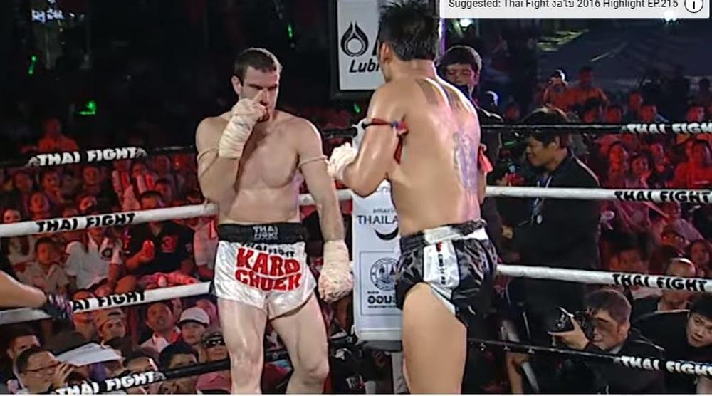 Cao thủ Thái Lan phang chỏ túi bụi khiến đối thủ phải xin thua vì chảy quá nhiều máu - Ảnh 2.