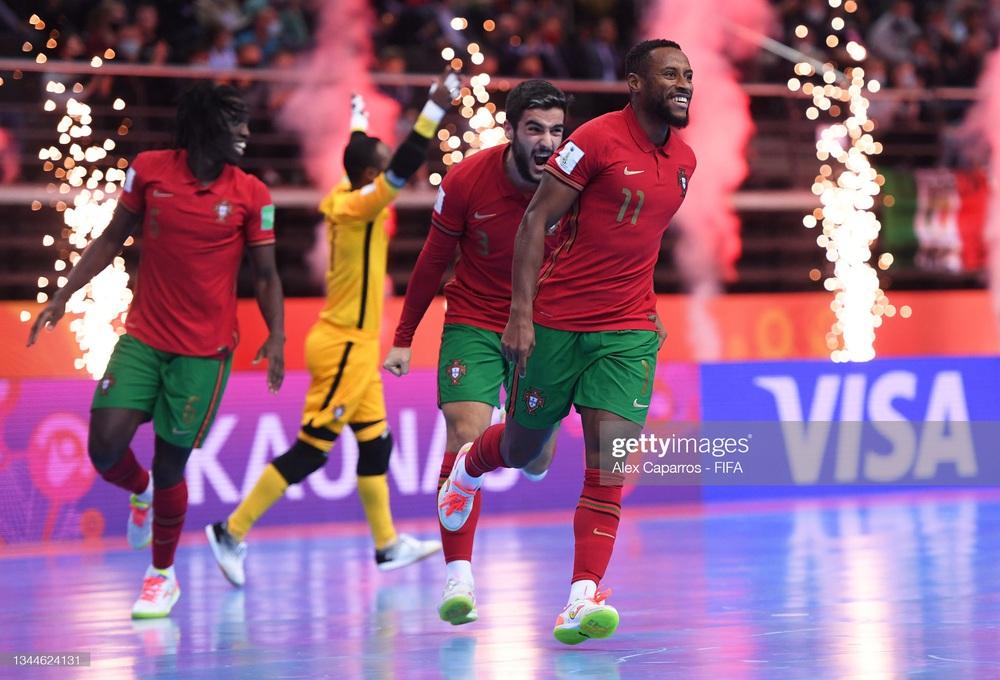 Nhận thẻ đỏ đầy ngớ ngẩn, Argentina gục ngã trước Bồ Đào Nha tại chung kết World Cup - Ảnh 2.