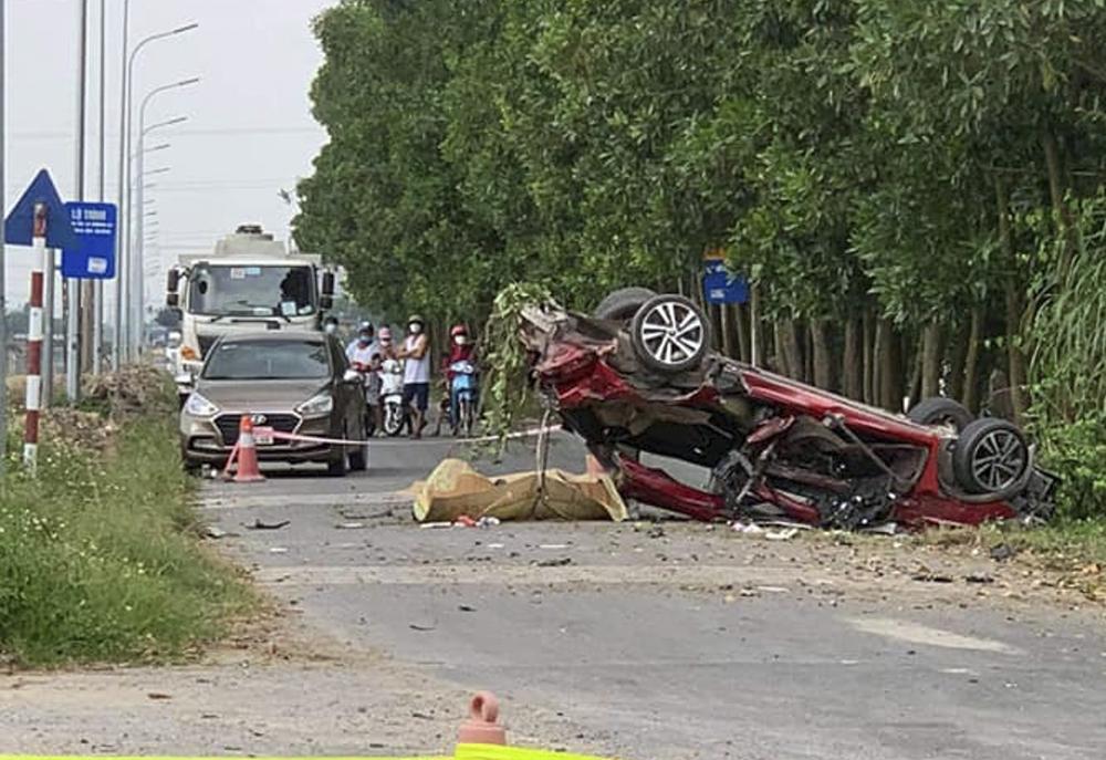 Clip tai nạn xe con va chạm xe tải khiến 3 người tử vong ở Bắc Ninh, trong đó có 1 Youtuber nổi tiếng - Ảnh 2.