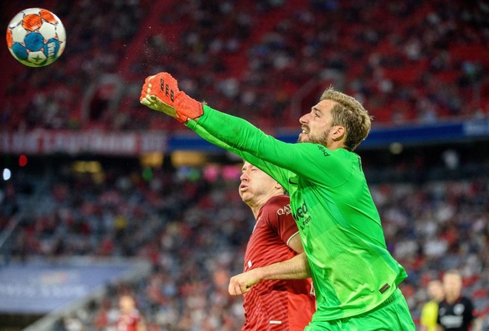 Thủ môn nam thần hóa siêu nhân khiến Bayern thua sốc ngay trên sân nhà - Ảnh 13.