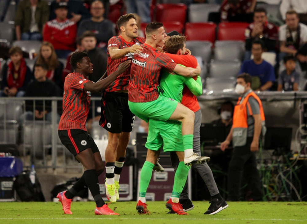 Thủ môn nam thần hóa siêu nhân khiến Bayern thua sốc ngay trên sân nhà - Ảnh 14.