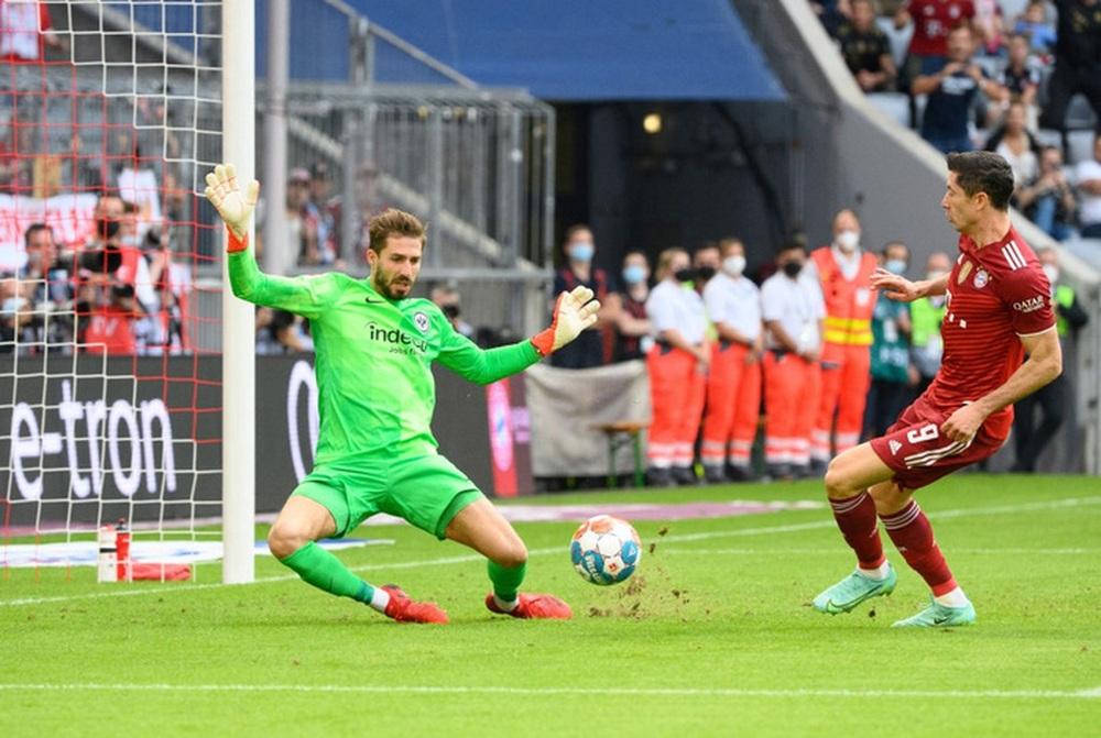 Thủ môn nam thần hóa siêu nhân khiến Bayern thua sốc ngay trên sân nhà - Ảnh 4.