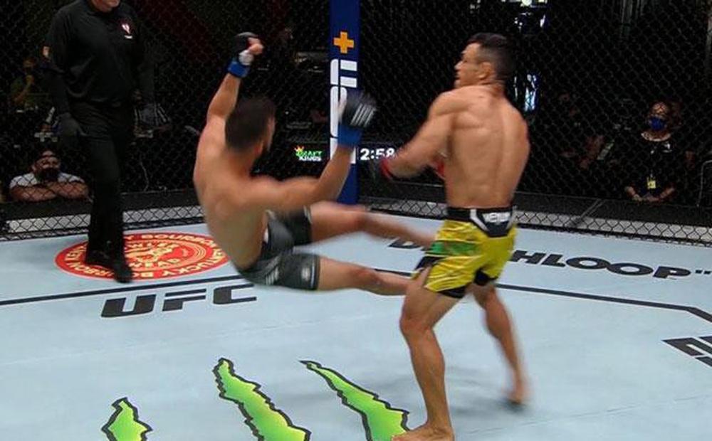 Võ sĩ Brazil tung cú đấm siêu mạnh khiến đối thủ bật ngửa