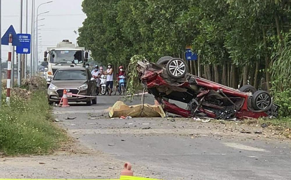 """Xe con bị """"vò nát"""" sau va chạm với xe tải, 3 người tử vong trong đó có 1 hot facebooker"""