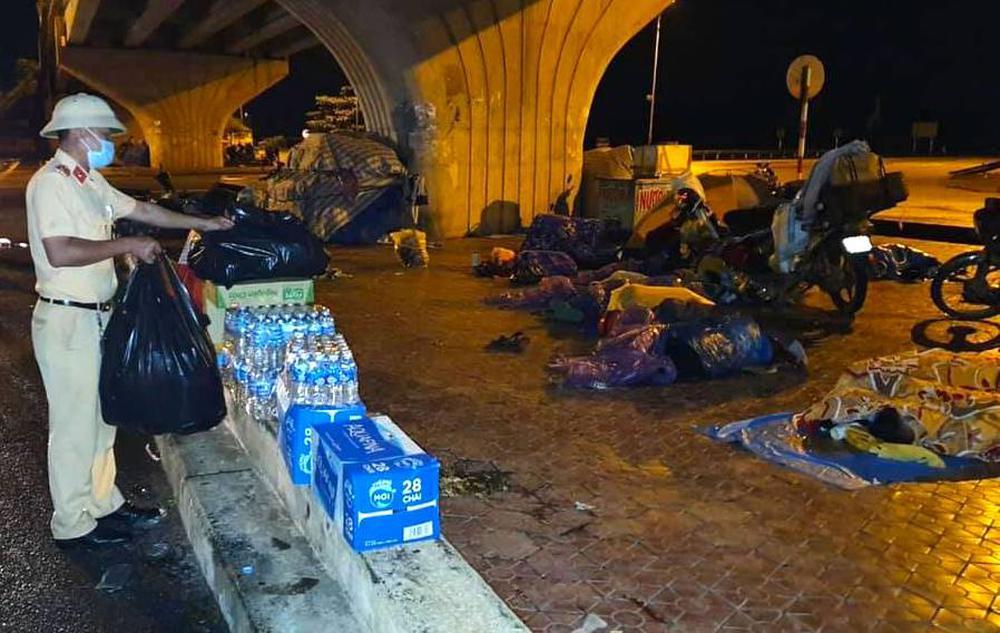 Thương cảnh người dân về quê tránh dịch ngả lưng dưới gầm cầu, vệ đường quốc lộ vì quá mệt - Ảnh 3.