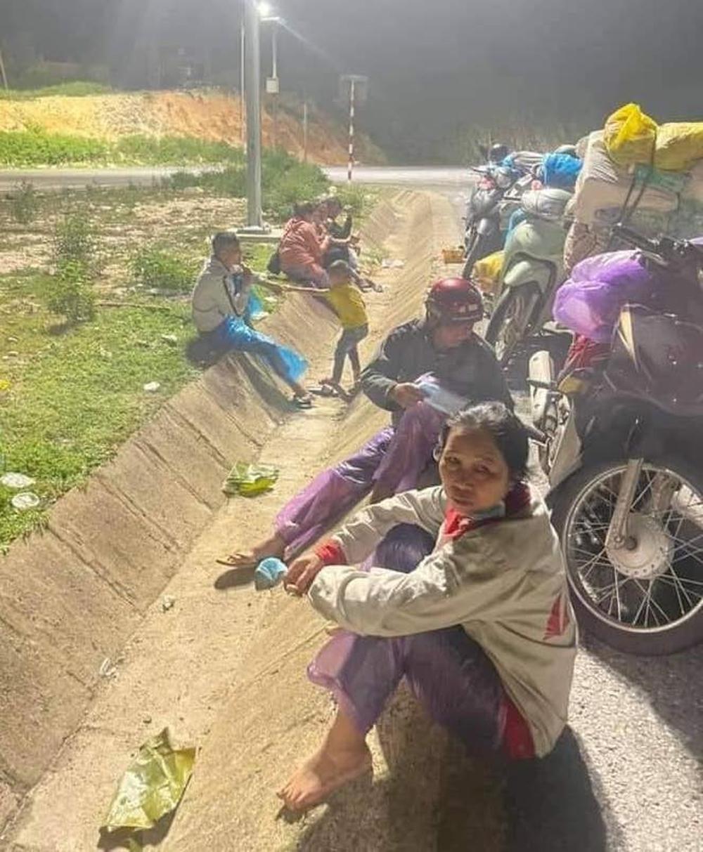 Thương cảnh người dân về quê tránh dịch ngả lưng dưới gầm cầu, vệ đường quốc lộ vì quá mệt - Ảnh 1.