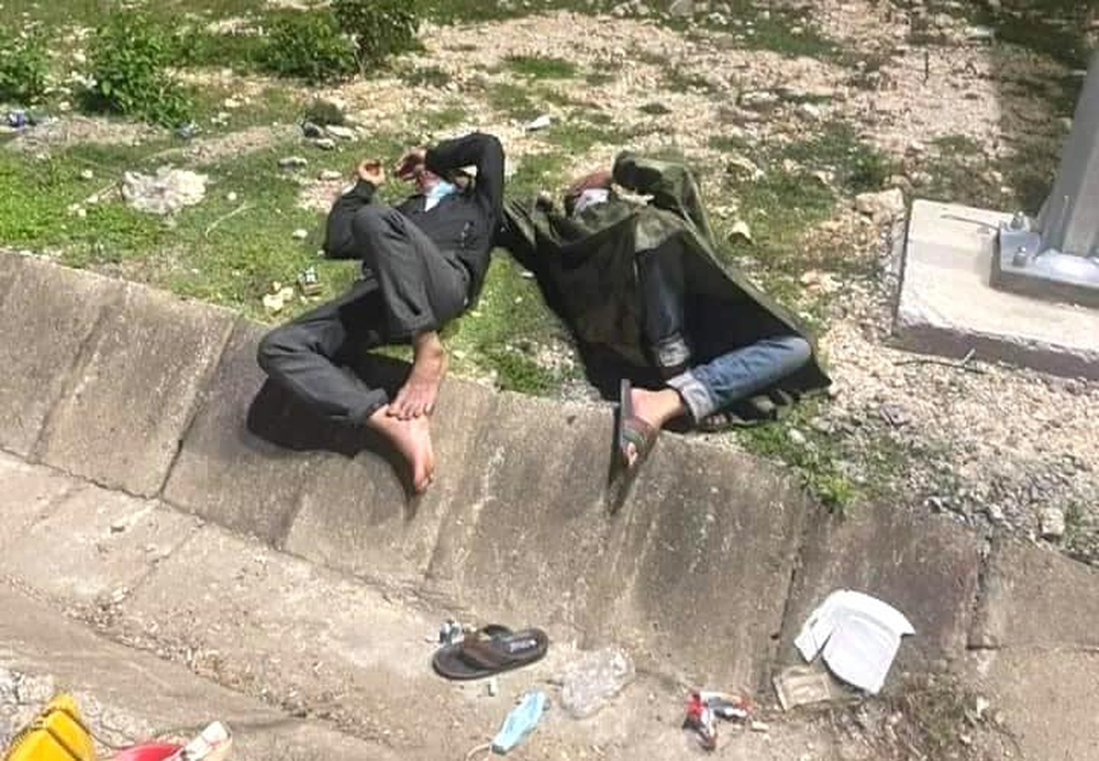 Thương cảnh người dân về quê tránh dịch ngả lưng dưới gầm cầu, vệ đường quốc lộ vì quá mệt - Ảnh 2.