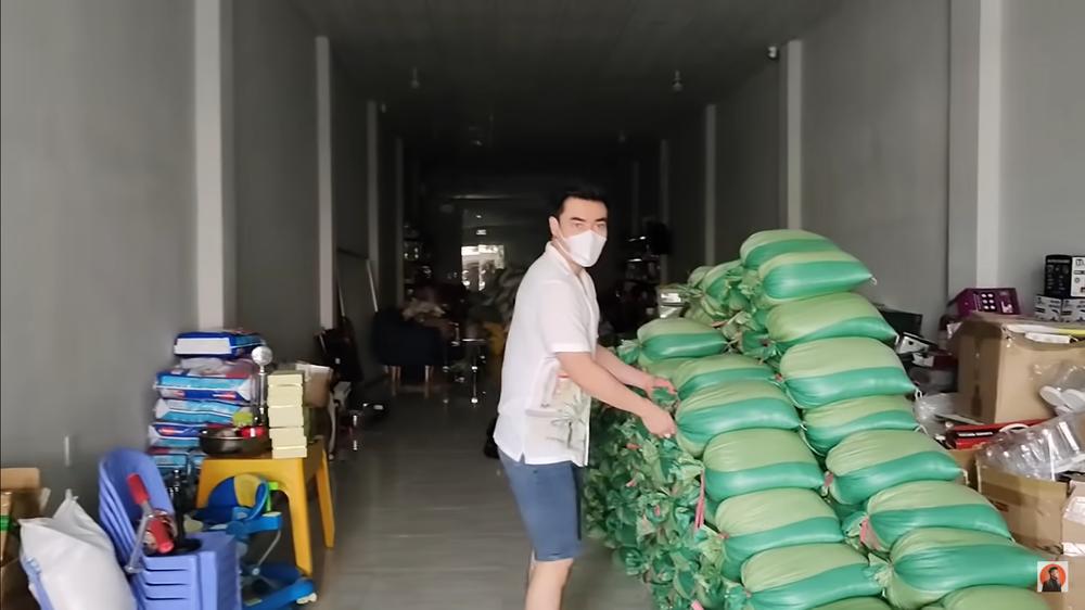 Đang livestream có người tới xin đồ, Lê Dương Bảo Lâm lo lắng: Hàng xóm quanh đây chửi con đấy - Ảnh 1.