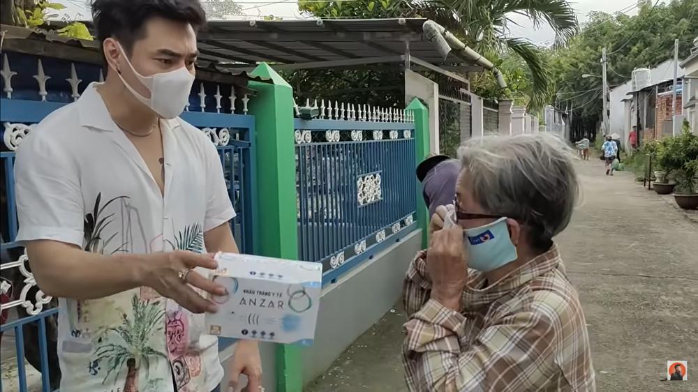 Đang livestream có người tới xin đồ, Lê Dương Bảo Lâm lo lắng: Hàng xóm quanh đây chửi con đấy - Ảnh 4.