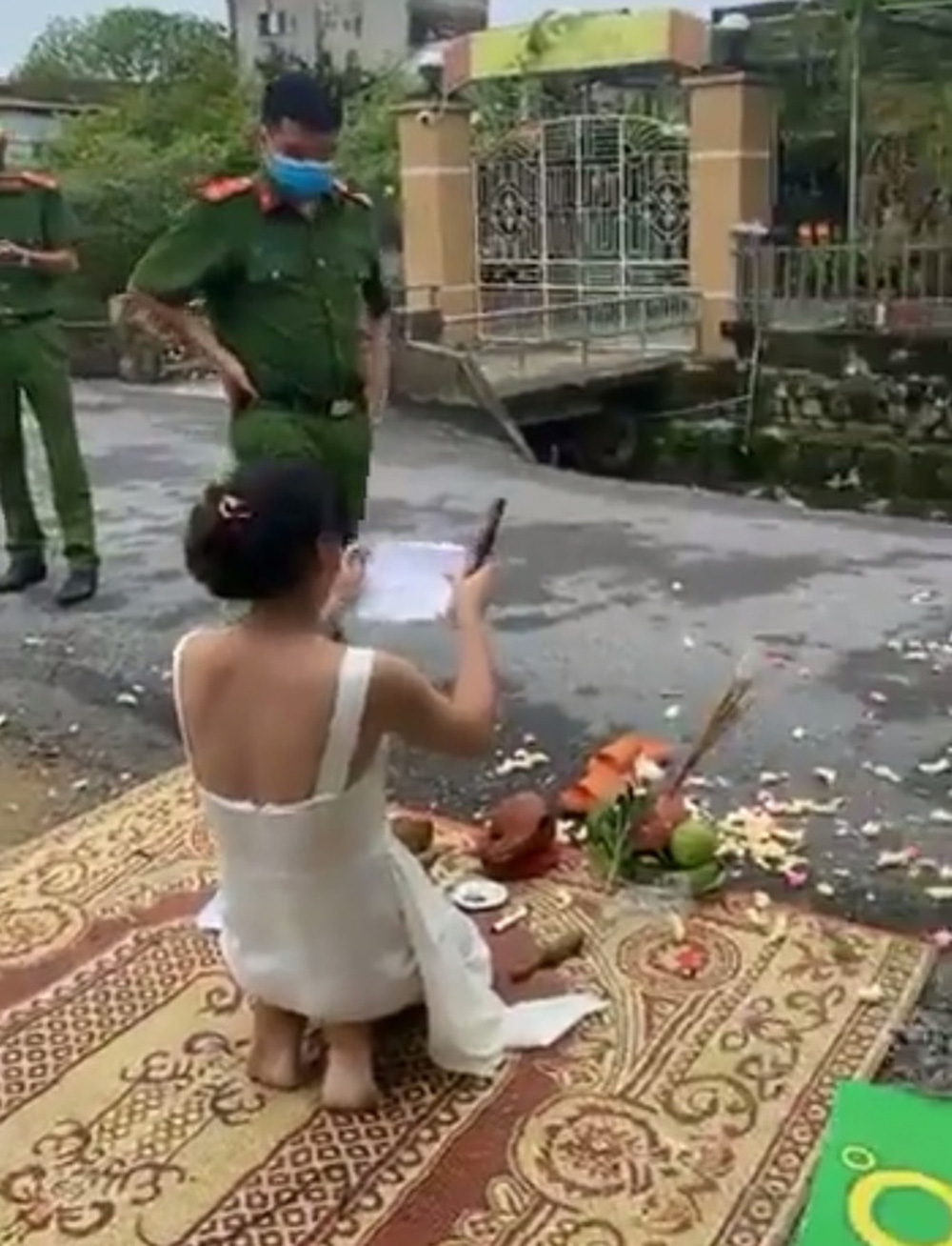 Xôn xao clip người phụ nữ mang vàng hương tới trước nhà con nợ thắp hương cúng bái - Ảnh 1.