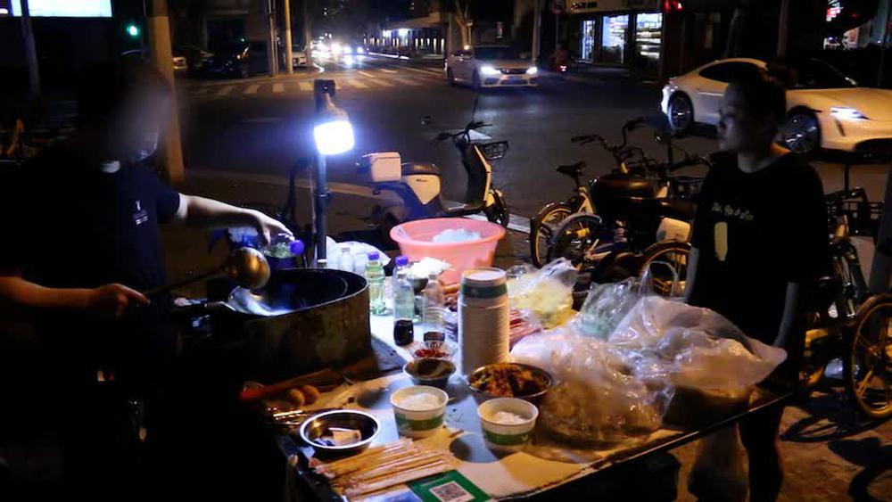 Cảnh mèo đuổi chuột ngày càng phổ biến trên đường phố Trung Quốc: Nền kinh tế hàng rong sẽ đi về đâu? - Ảnh 5.