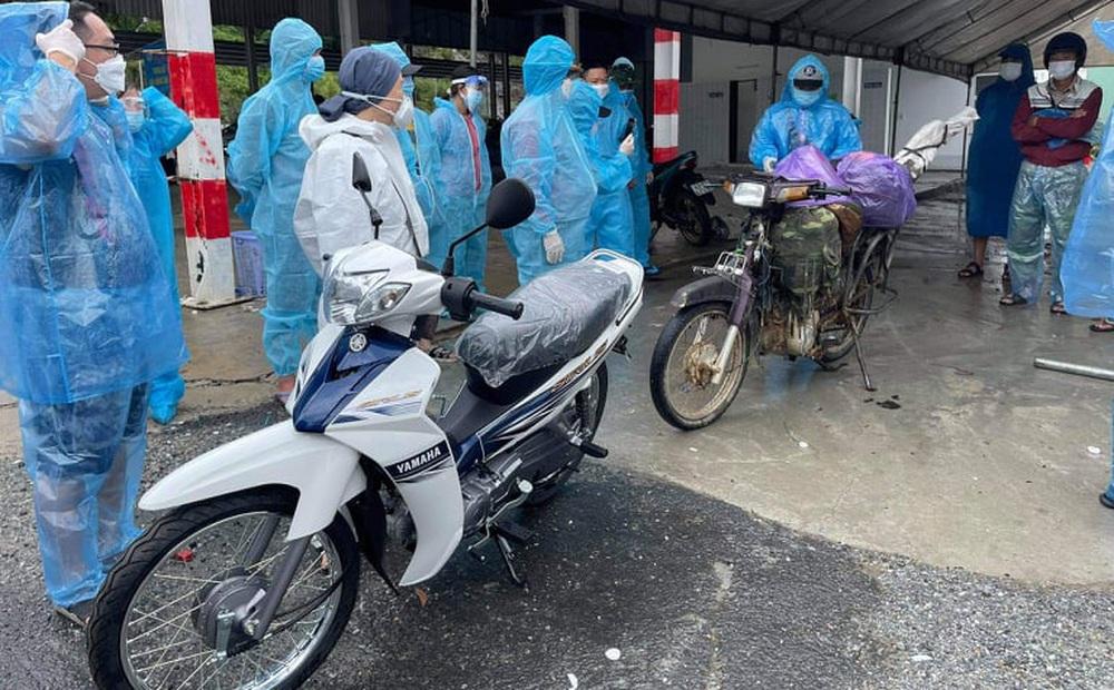 Một doanh nhân mua 15 chiếc xe máy, chở ra đèo Hải Vân tặng bà con vượt hàng nghìn km về quê
