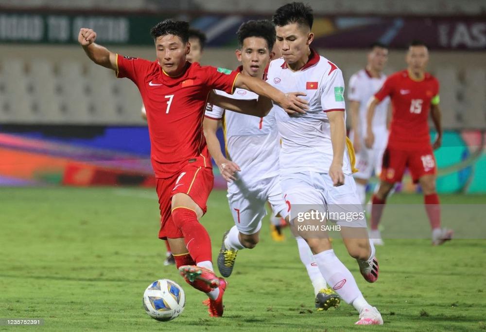 NÓNG: HLV Park Hang-seo loại hậu vệ mắc lỗi trước Trung Quốc khỏi danh sách tuyển Việt Nam - Ảnh 2.