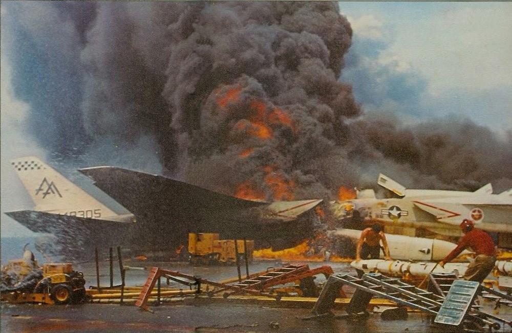 Tàu sân bay Mỹ cháy nổ kinh hoàng ở vịnh Bắc Bộ, cả trăm người chết: Thảm họa trong Chiến tranh VN - Ảnh 5.