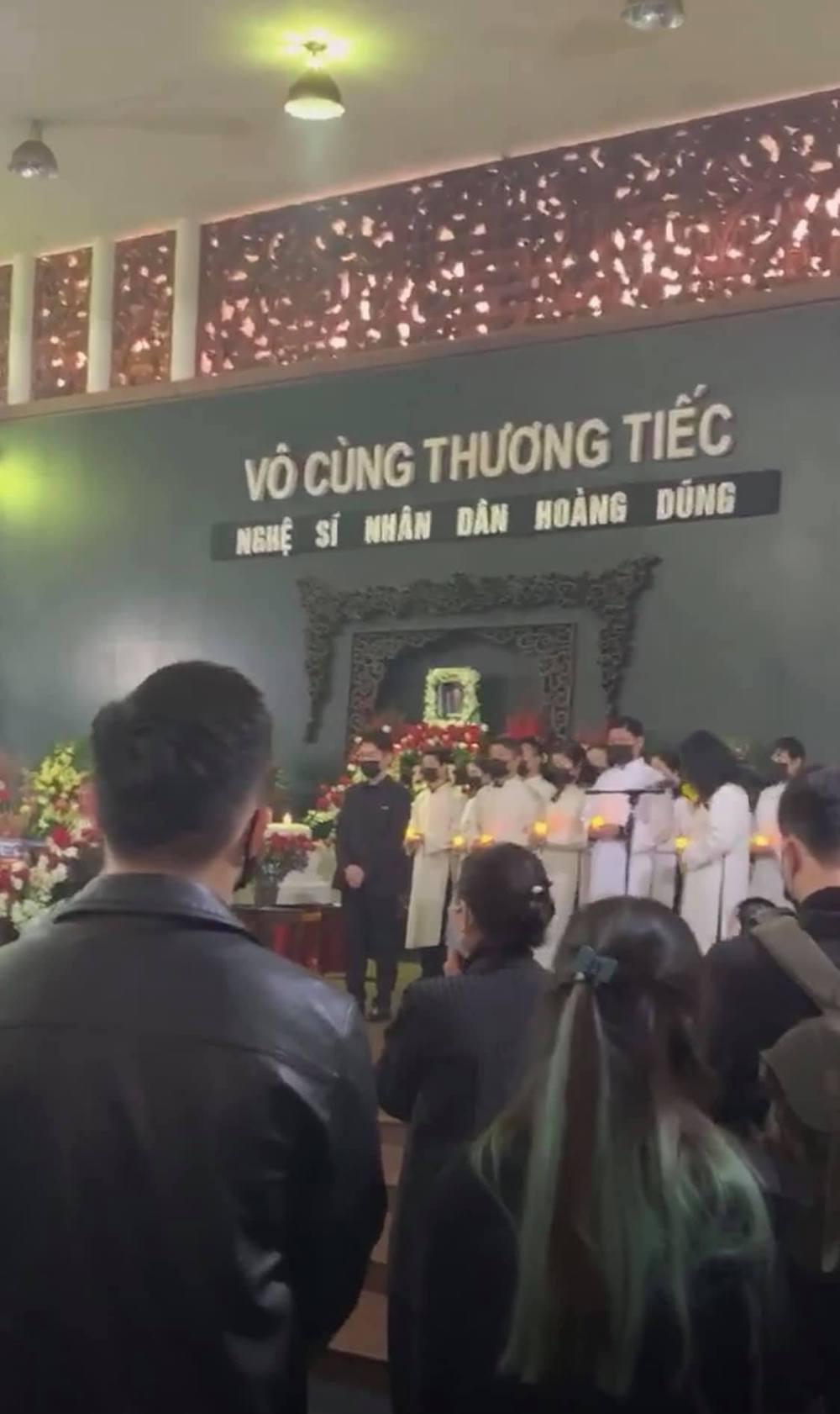 Lễ viếng NSND Hoàng Dũng: Đồng nghiệp làm điều xúc động, Trung Hiếu nói lời đưa tiễn cuối cùng - Ảnh 1.